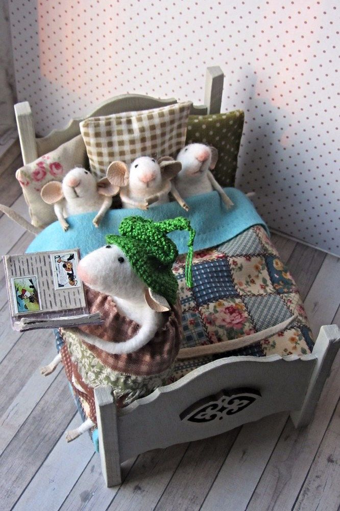 voelde muis, witte vilten muis, miniatuur muis, muis vacht, miniatuur dier, vilten dier. Muis-moeder met pups #dollsneedlefelt