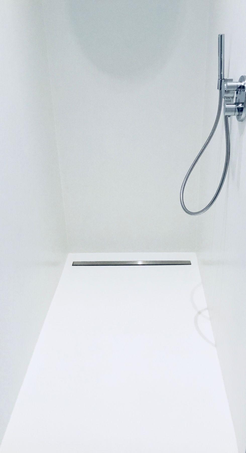 Strakke PU wand -en gietvloer in douche in een moderne badkamer ...