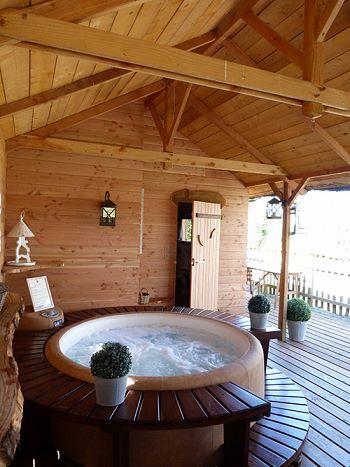 Jacuzzi Softub en el interior de una casa de madera El banco y el