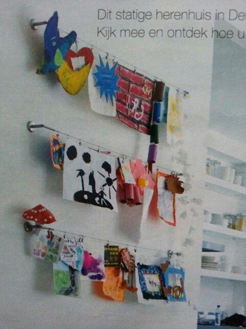 Kinderkunst aan de muur. Heel simpel aan gordijnrails van staaldraad. (Deka - Ikea)