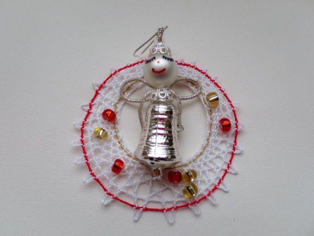 ポニクラのガラスのオーナメントと編んだオーナメントを組み合わせて、プレゼントにしようと組み合わせを考えている所です。Ornaments for Ponikla Angel - Yumiko Kotálová - Vánoční ozdoby. Věnec a ozdoba z Poniklé - 20141214