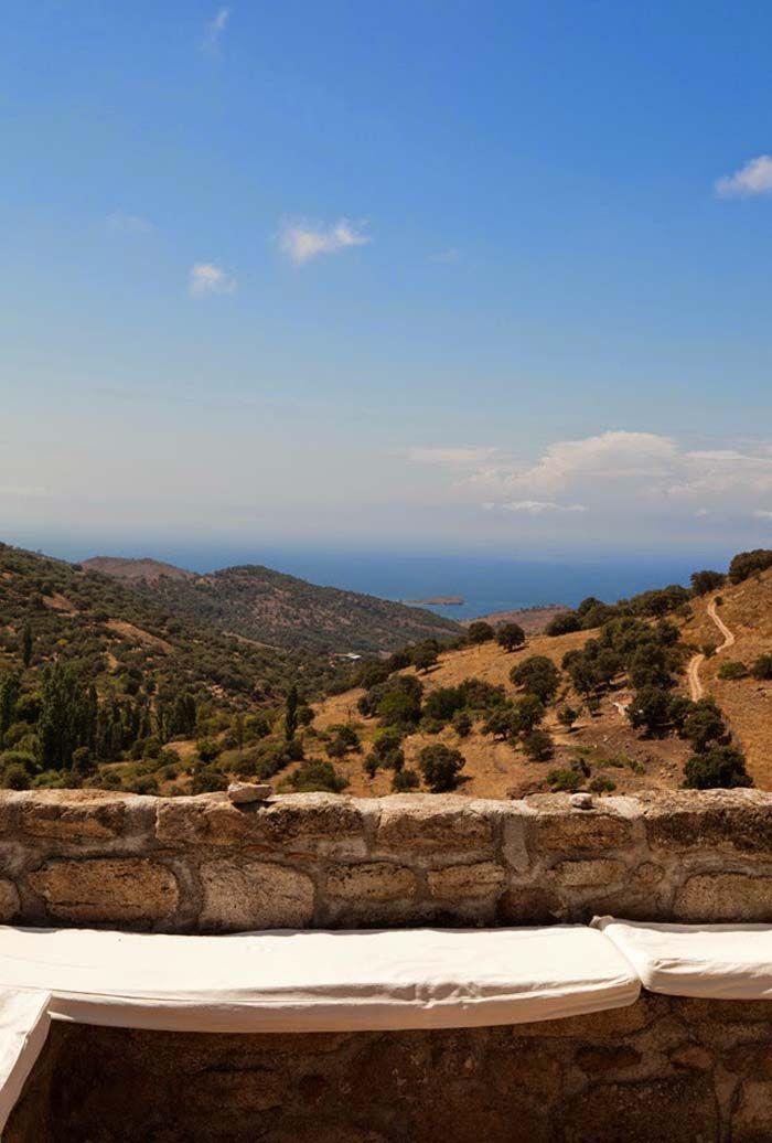 Keltainen talo rannalla - Greece