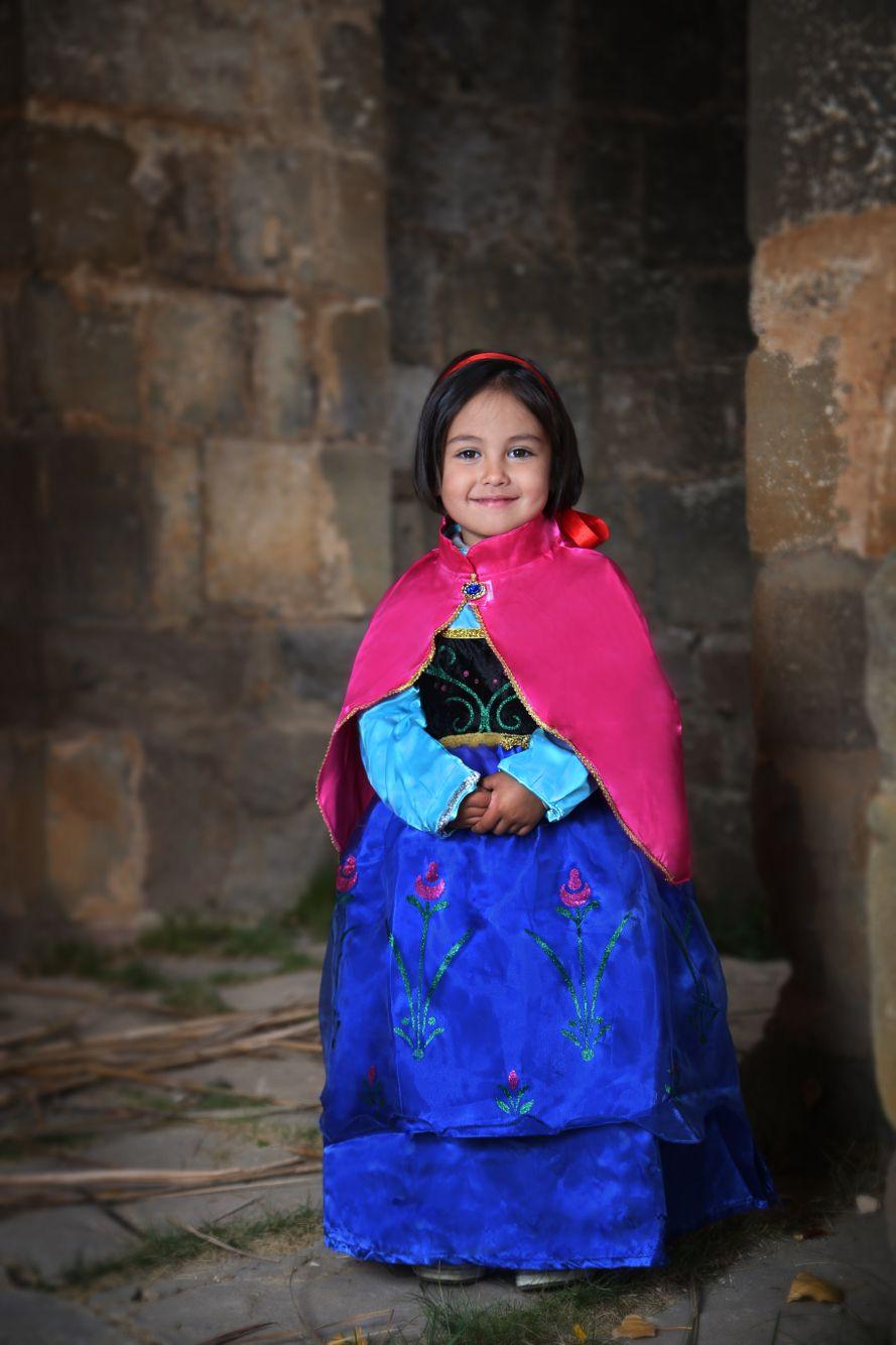 Con disfraz de Ana de Frozen, en la ermita de san úrbez.