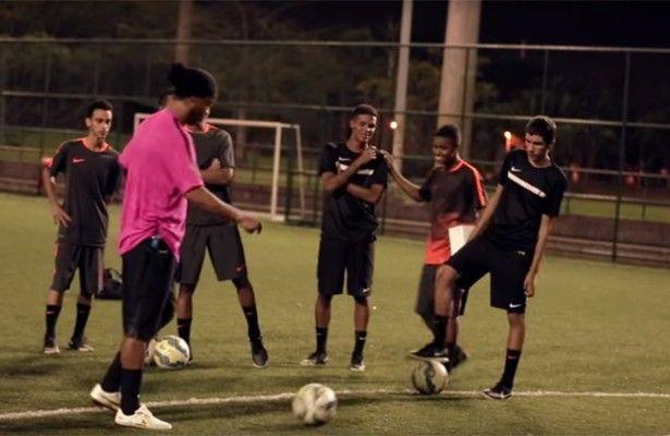 No te pierdas la genialidad de Ronaldinho en el último anuncio de Nike - 10 temporadas hace que Ronaldinho disfrutaba del fútbol con la camiseta del FC Barcelona. El astro brasileño era todo un icono y Nike aprovechaba al...