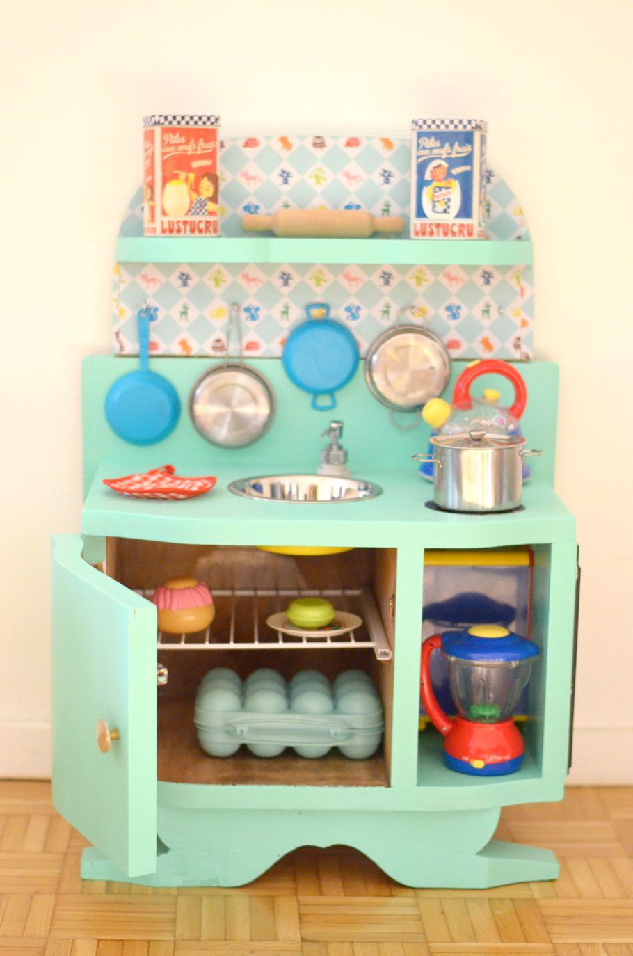 diy une cuisine enfant en bois fabriquer partir de. Black Bedroom Furniture Sets. Home Design Ideas
