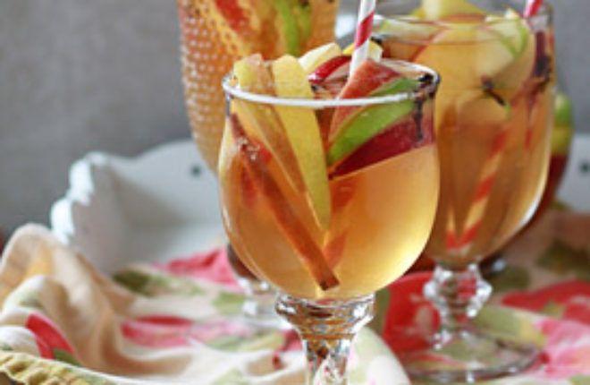 Spiced Apple Sangria #applecidersangriarecipe
