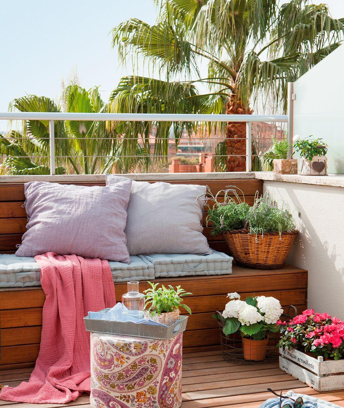 Banco de madera con cojines puff paisley y plantas for Banco para terraza