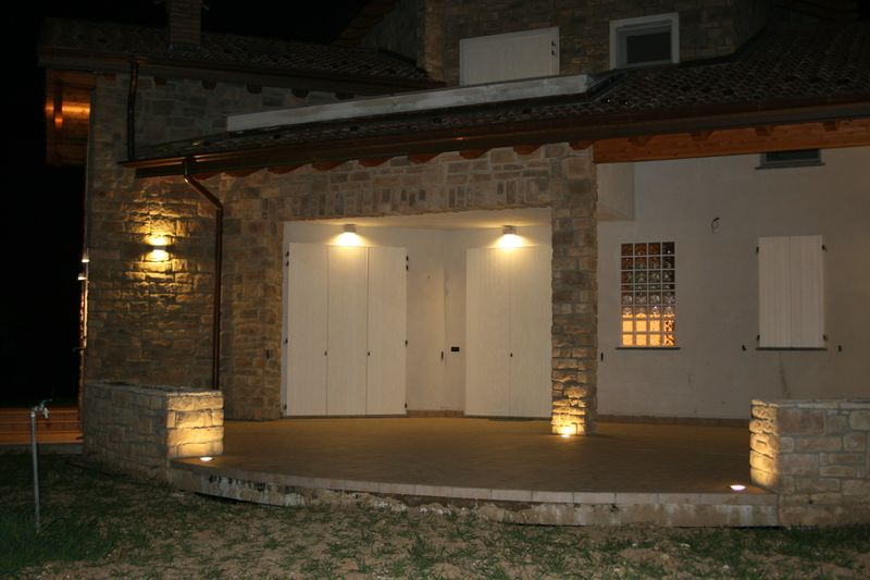 L 39 ingresso di un abitazione illuminato da luci led for Illuminazione led casa esterno