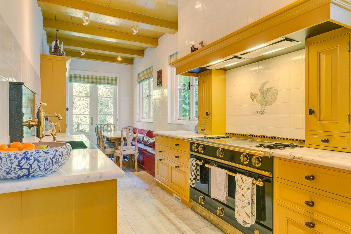 Geel De Keuken : Praktische keuken in een smalle ruimte met een opvallende kleur
