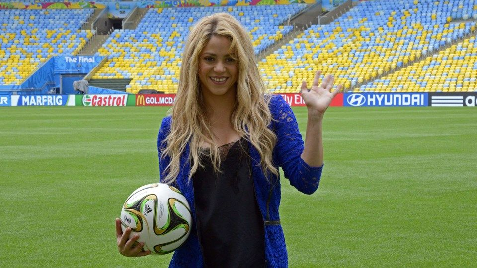 Colombia Pop Singer Shakira Poses With A Football Ball On The Pitch Of The Maracana Shakira Fifa World Cup World Cup 2014