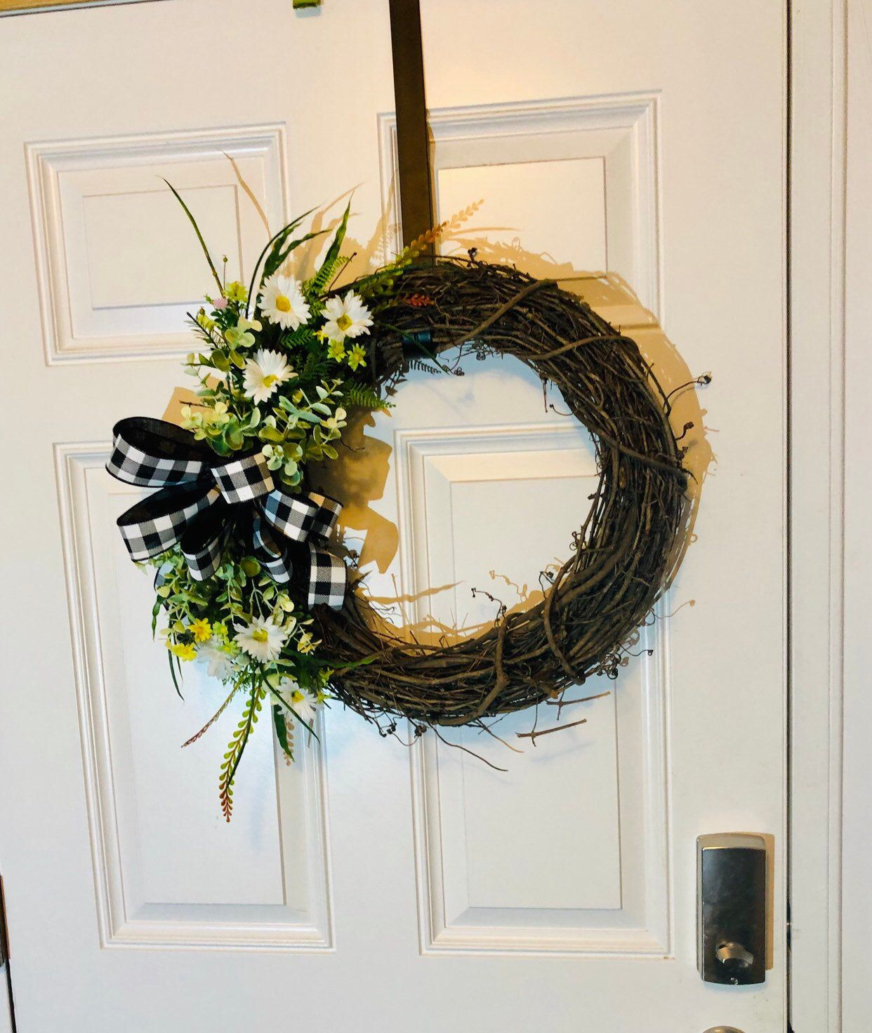 Everyday Grapevine Wreath Black And White Grapevine With Daisies Wreath For A House Warming Gift Christmas Gift Grapevine Wreath House Warming Gifts Grape Vines