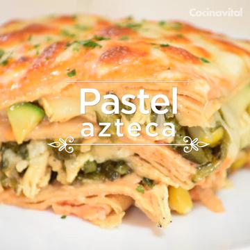 Pastel azteca con pollo, chile poblano y elotes