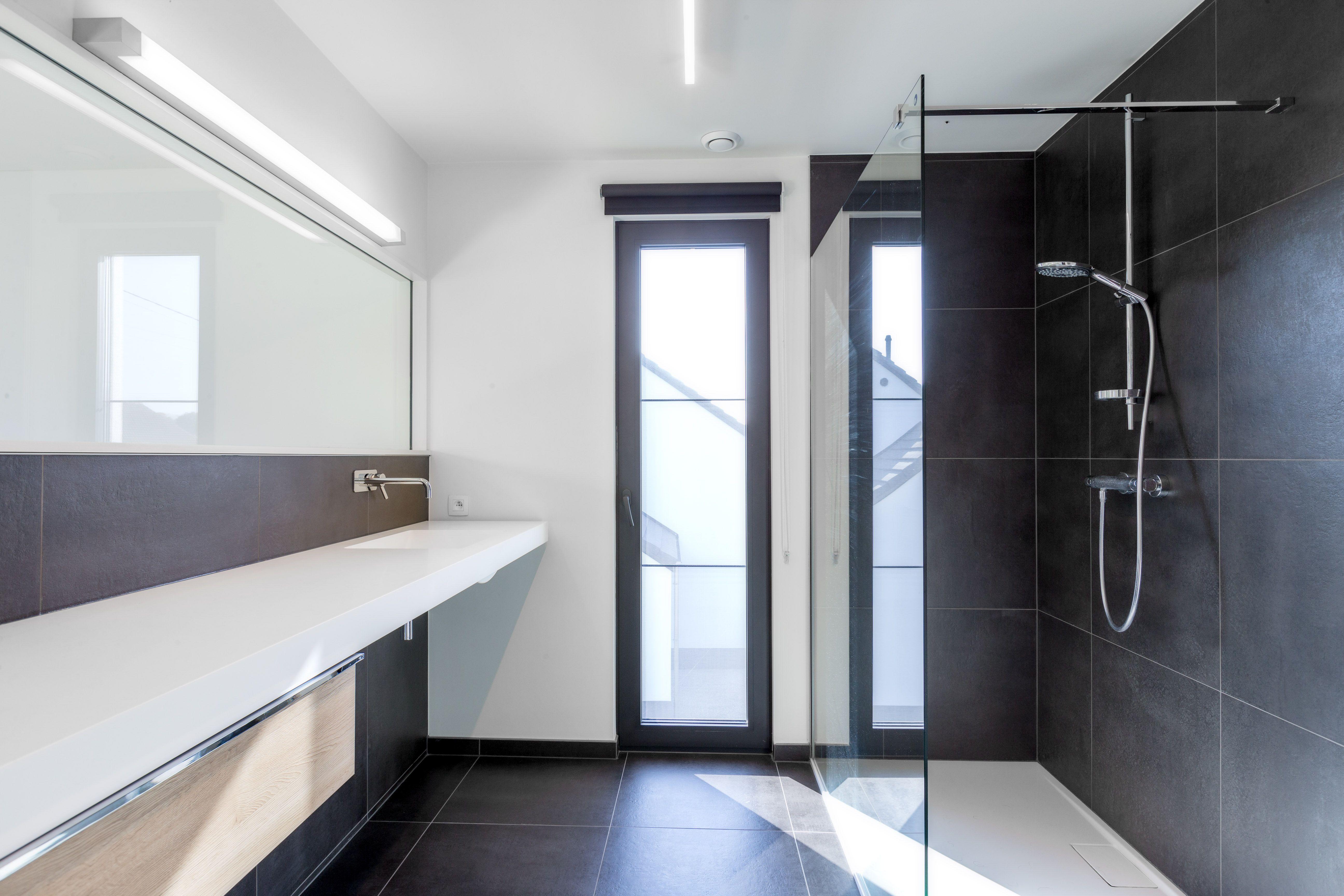 salle de bain moderne avec douche a l italienne et vitre donnant sur chambre