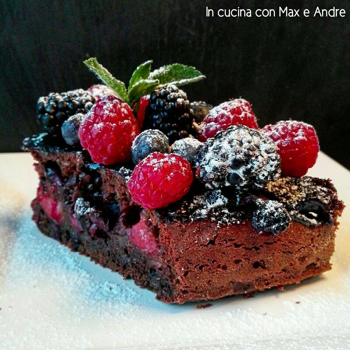 """TORTA AL CIOCCOLATO E FRUTTI DI BOSCO """"WEEKEND'S BRUNCH"""" Ecco qua un dolce di facile realizzazione ma di massima resa... un bel contrasto tra il sapore acidulo dei frutti e la dolcezza del cioccolato... da non perdere!!! #incucinaconmaxeandre Link: http://www.incucinaconmaxeandre.it/wordpress/?p=1790"""
