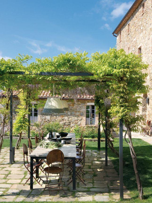 Une grande table de jardin pour déjeuner familial, dans un esprit ...