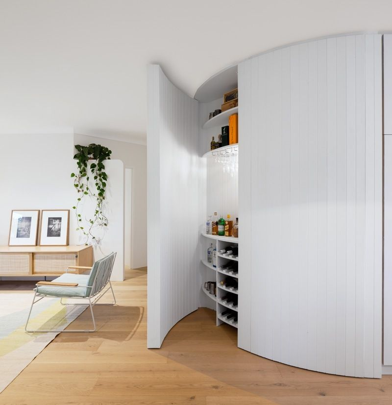 meuble bar design cach avec rangements dans un appartement moderne - Meuble Bar Design