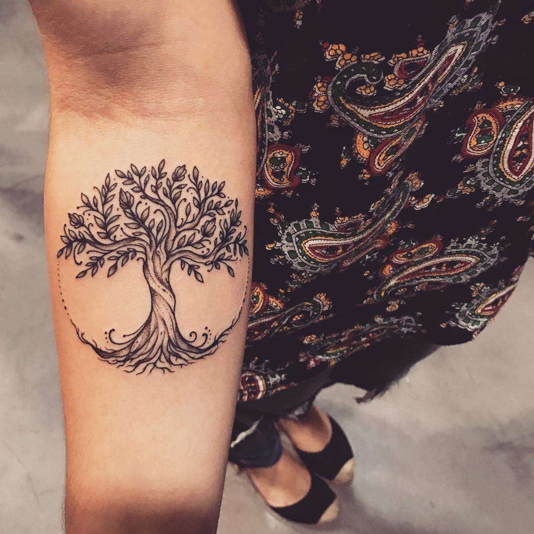 Tatuagem criada por Lucas Milk de Florianópolis.    Árvore da vida delicada no braço.