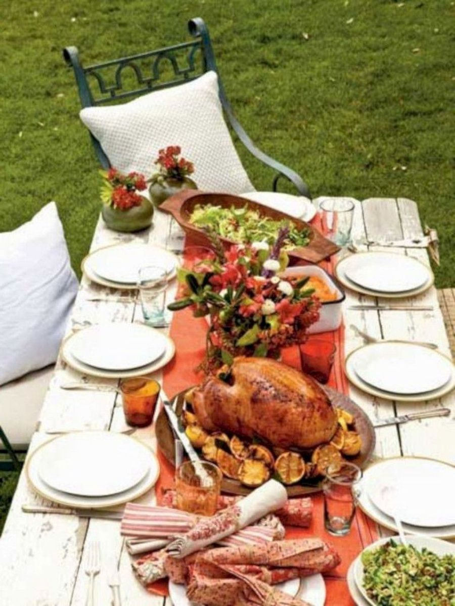 31 Wonderful Outdoor Thanksgiving Dinner Table Decor Ideas - belihouse.com #thanksgivingdinnertable