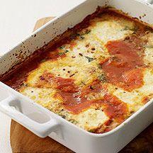 Oeufs au four à l'italienne Pour 4 - 5PP 900 g Sauce tomate cuisinée      4 cc Basilic, frais haché      8 œuf(s) (moyen) Œuf de poule entier    100 g Parmesan râpé    1 pincée(s) Poivre, de Cayenne