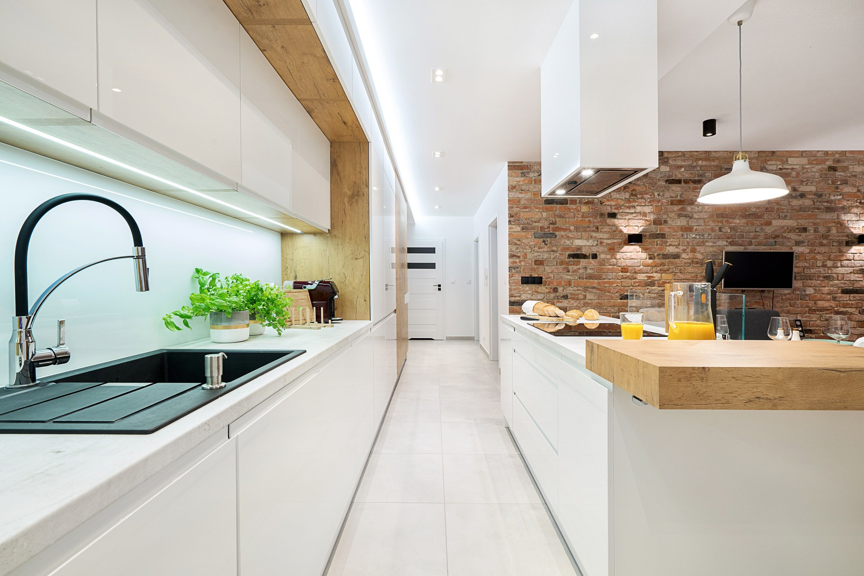 Biale Gladkie Fronty Idealnie Komponuja Sie Z Cegla Na Scianie W Towarzystwie Prostokatnych Powier Pretty Kitchen Kitchen Backsplash Kitchen Tiles Backsplash