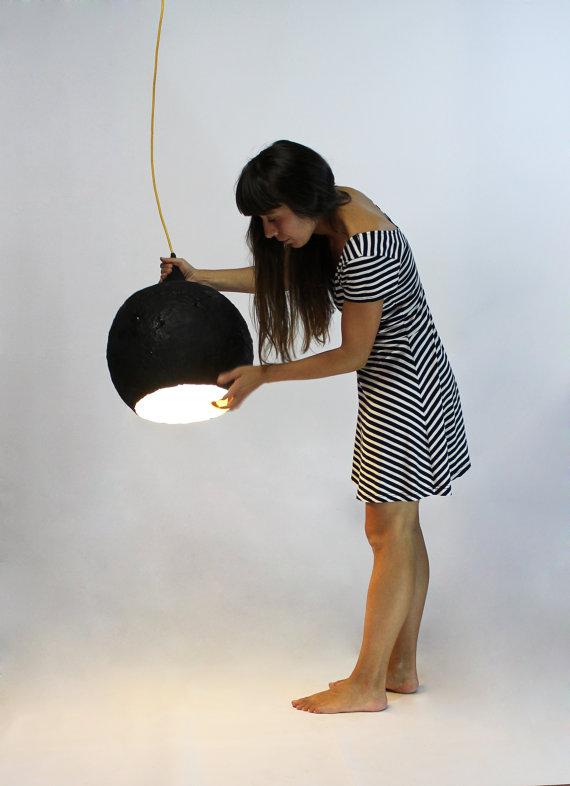 Form dieser Pappmaché-Lampe bezieht sich auf die Form eines Tropfens ...