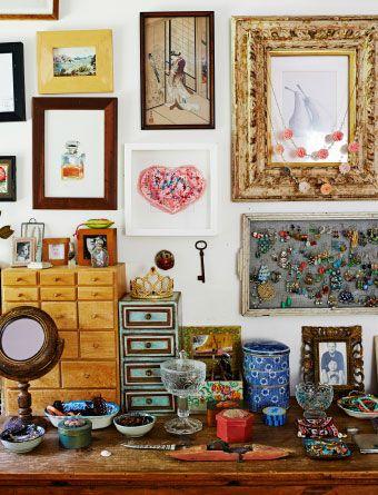 Forskellige rammer, ting og fotografier gi'r en personlig indretning, som har affektionsværdi.