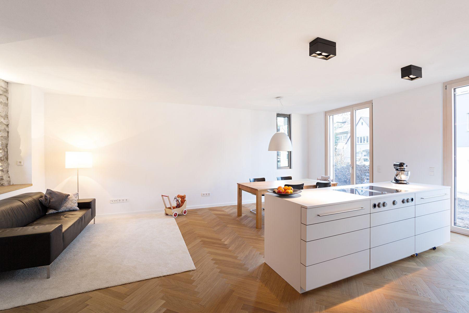 In Den Wohnraum Integrierte Weisse Kochinsel Mit Dunstabzug Nach