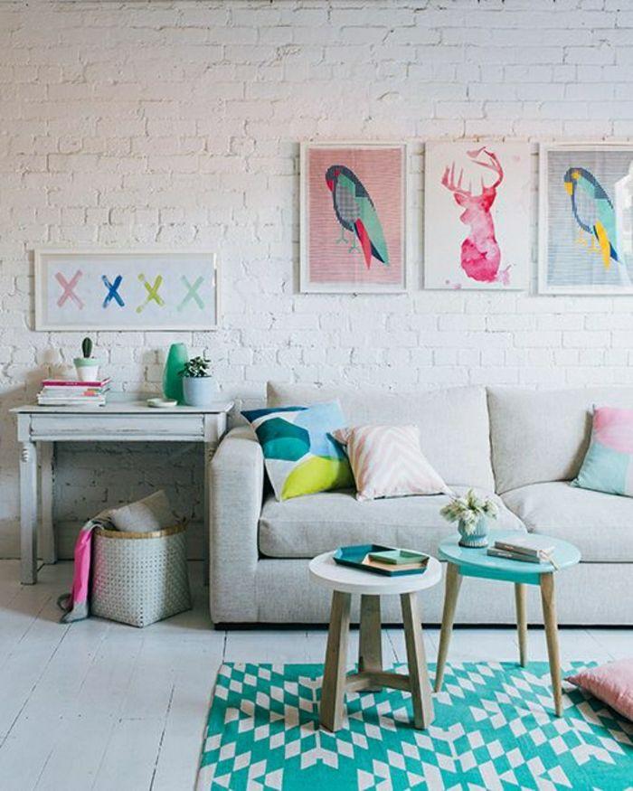 canapé gris, mur de briques blancs, peintures murales, mur avec peintures murales