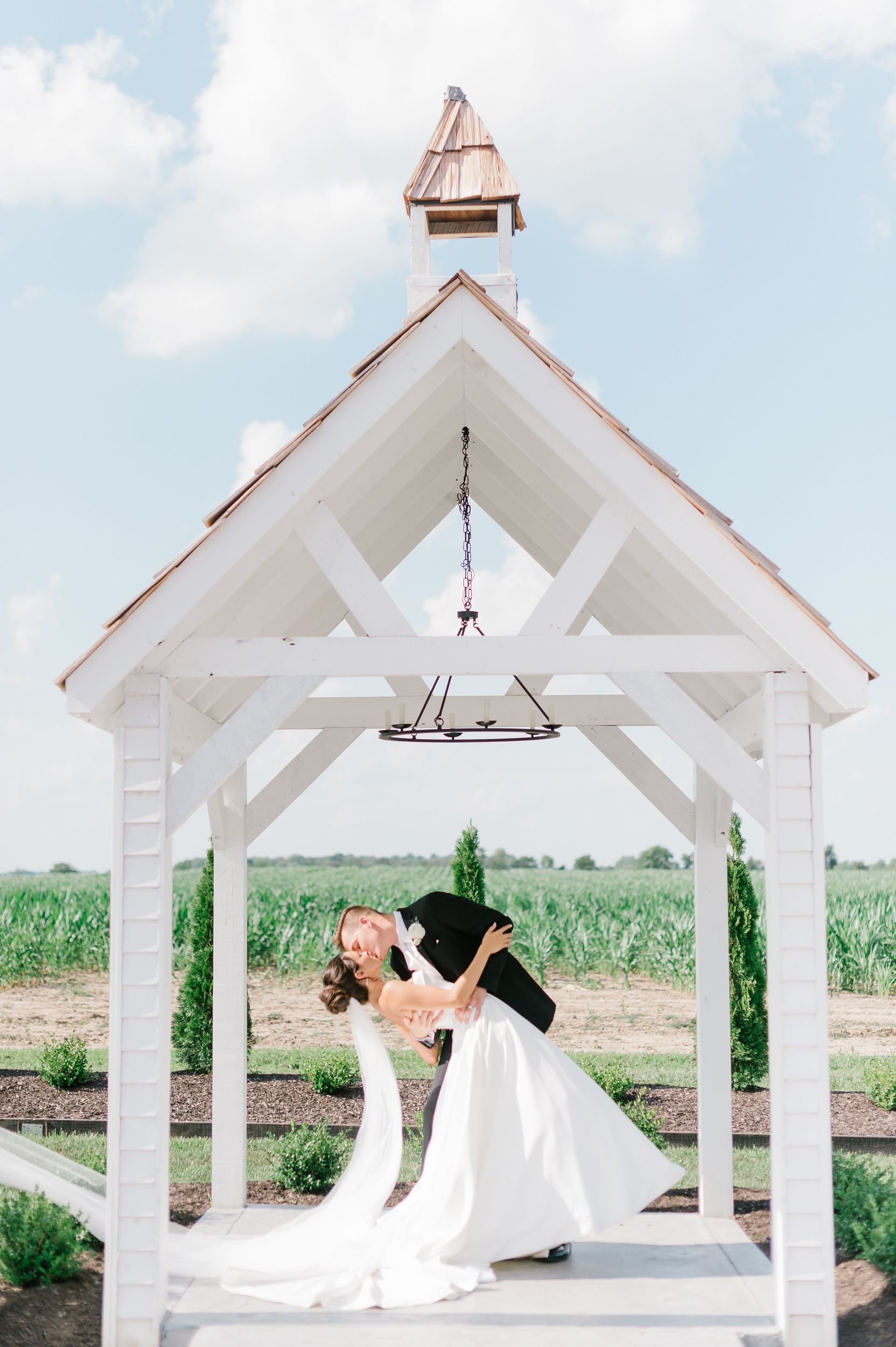 Photo of Chapelle de mariage moderne en plein air blanc