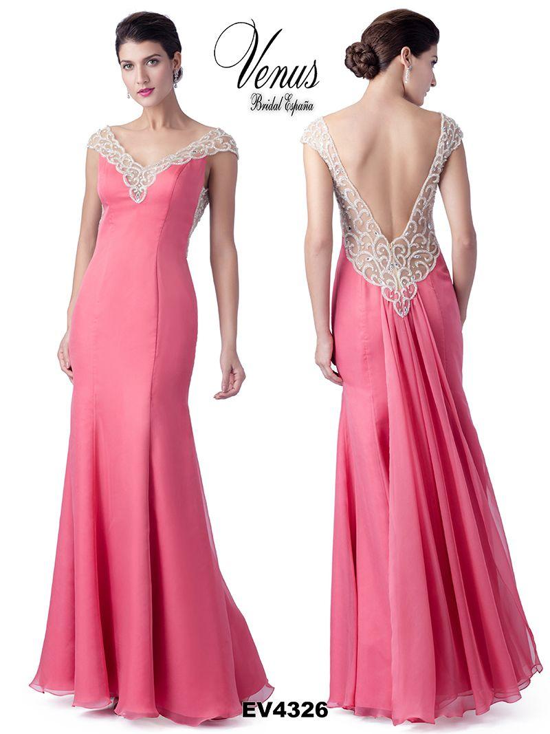 Modelo en tonos rosa en combinación con beige, apertura de escote e ...