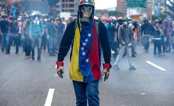 Manifestantes venezolanos arrojan excrementos a los agentes policiales