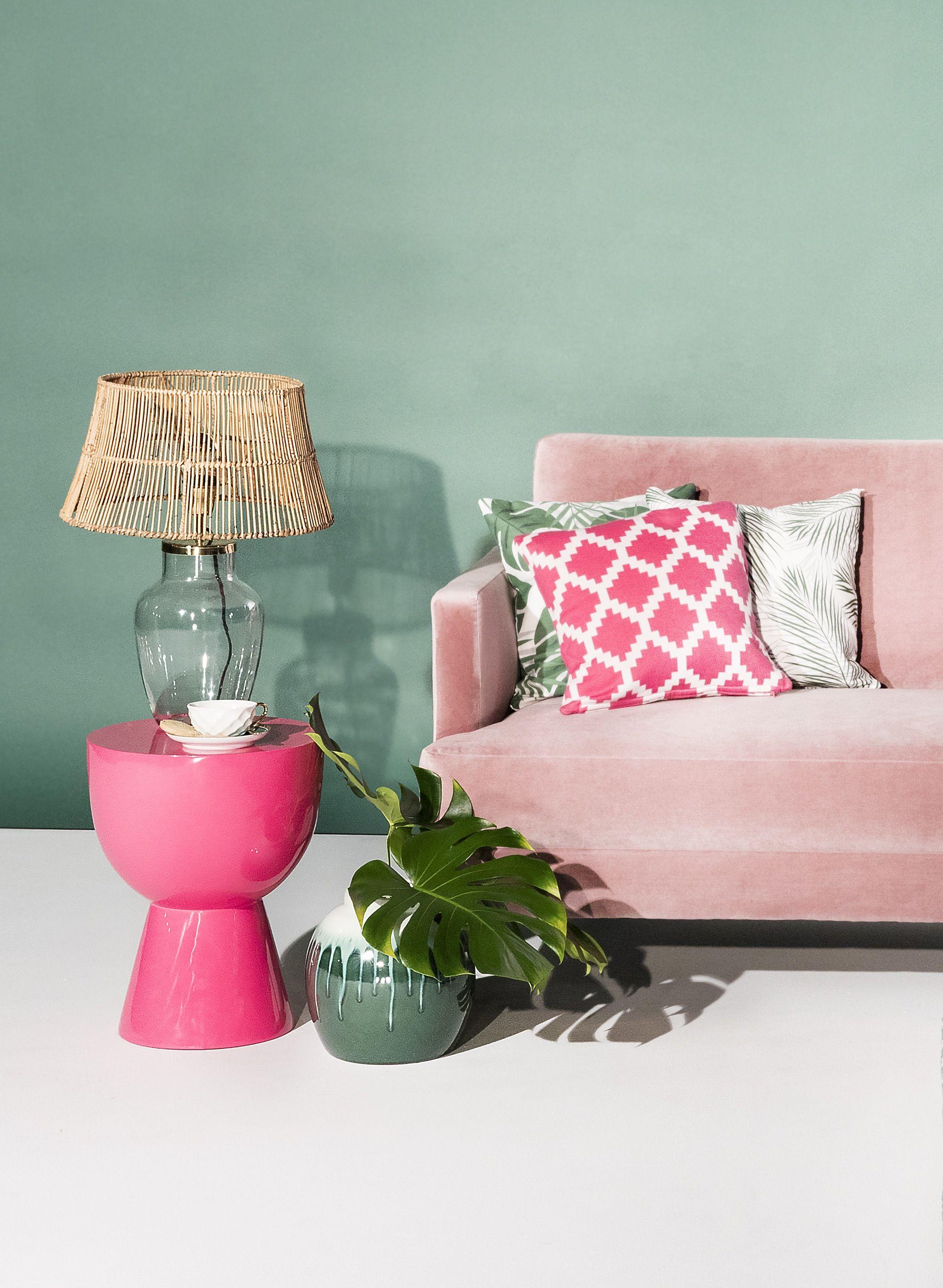 Unser Lieblings Samt Sofa Trifft In Diesem Farbenfrohen Tropen Style Auf  Bunte Kissen, Naturmaterialien Wie Rattan Und Palmblätter Und Eine Saftig  Grüne ...