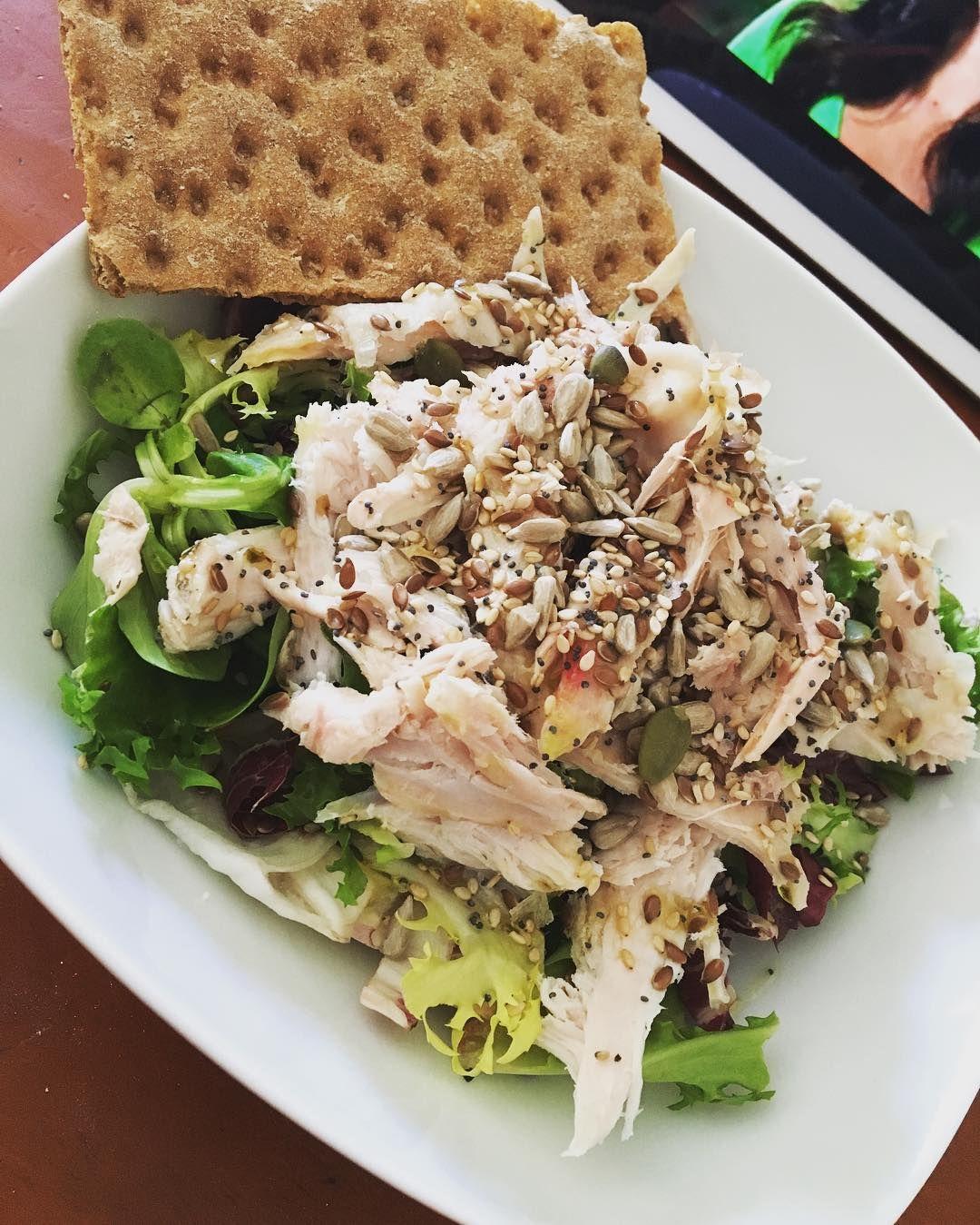 A coger fuerzas para seguir #viernes #feelingood #yopuedocontodo #chicken #salad #seeds #lunch