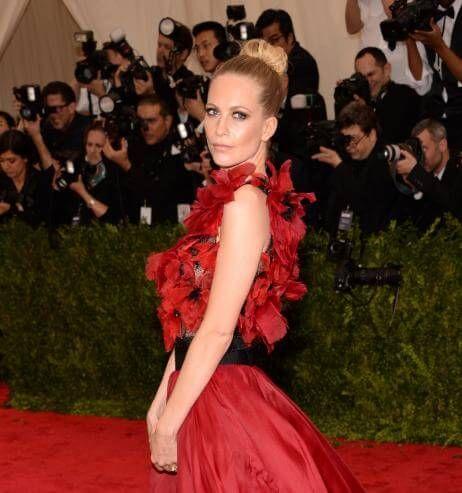 Rundum schön: Poppy Delevingne im Mohnblüten-Kleid von Marchesa