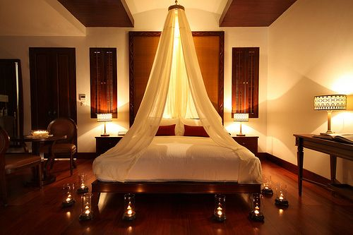 . romantic bedroom   candle light  canopy  so romantic    Les Boudoirs