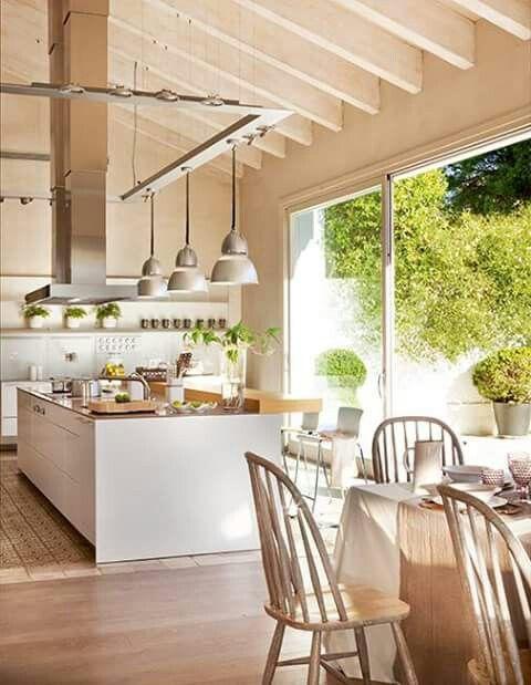 Tollr Küche mit großem Fenster.   Moderne küchenideen