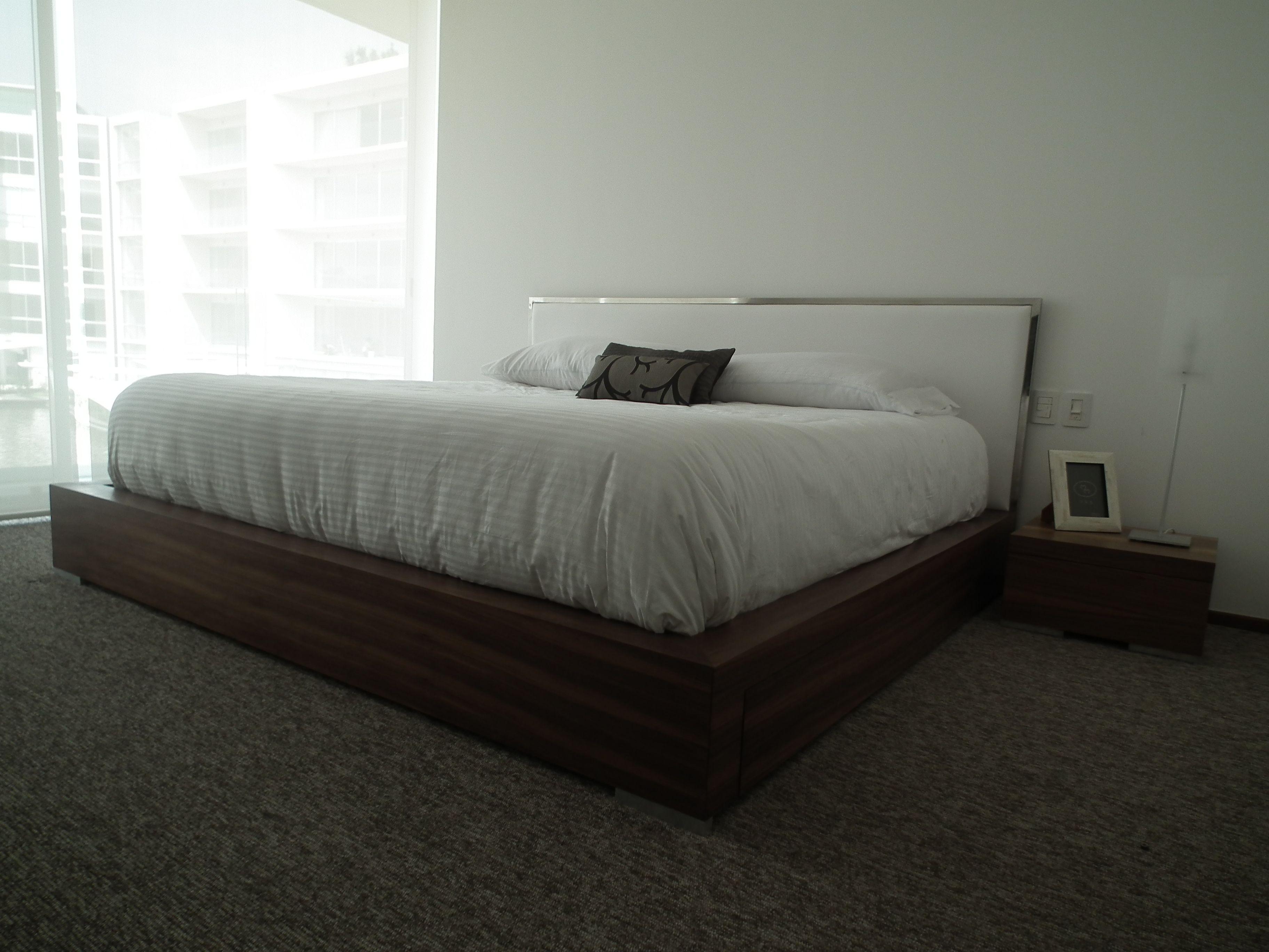 Cama King size con base de madera de nogal y respaldo en acero y ...