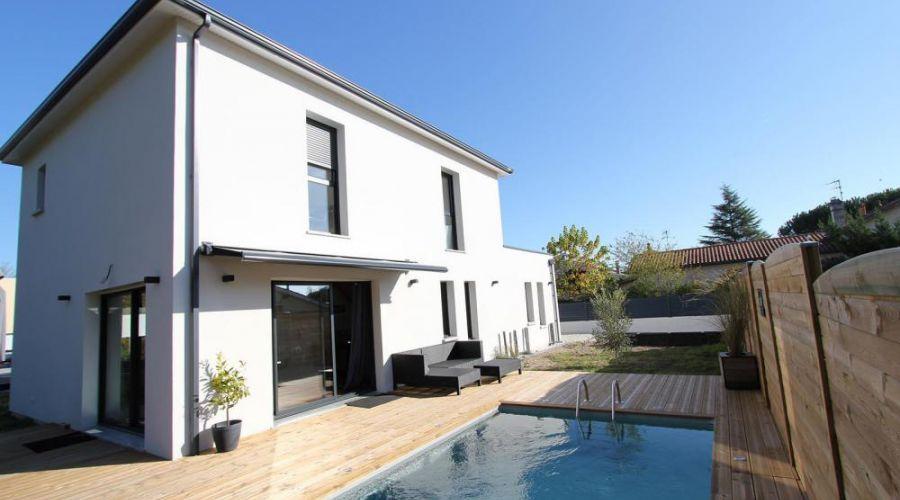 Maison moderne cubique : façade arrière avec terrasse en ...