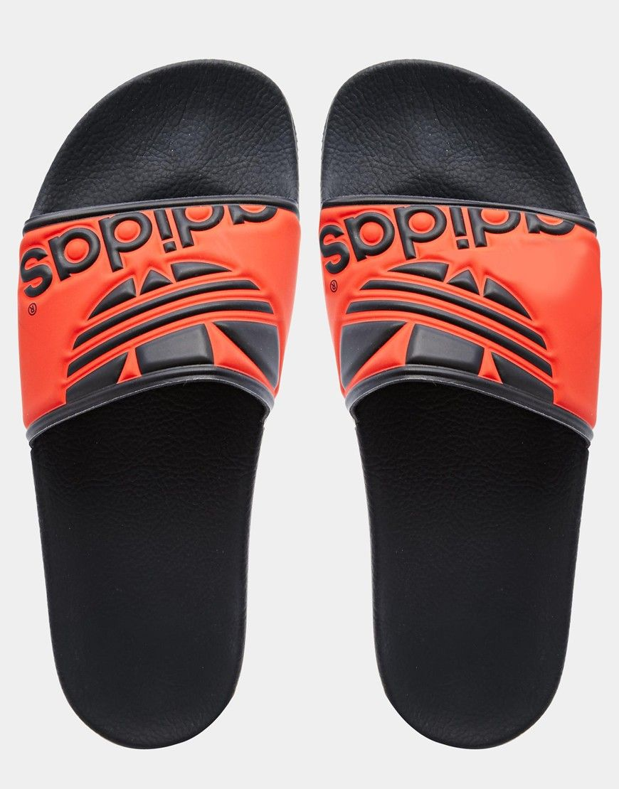 6fd8ec0278 Sandalias con tira con logo de trébol Adilette de Adidas Originals ...