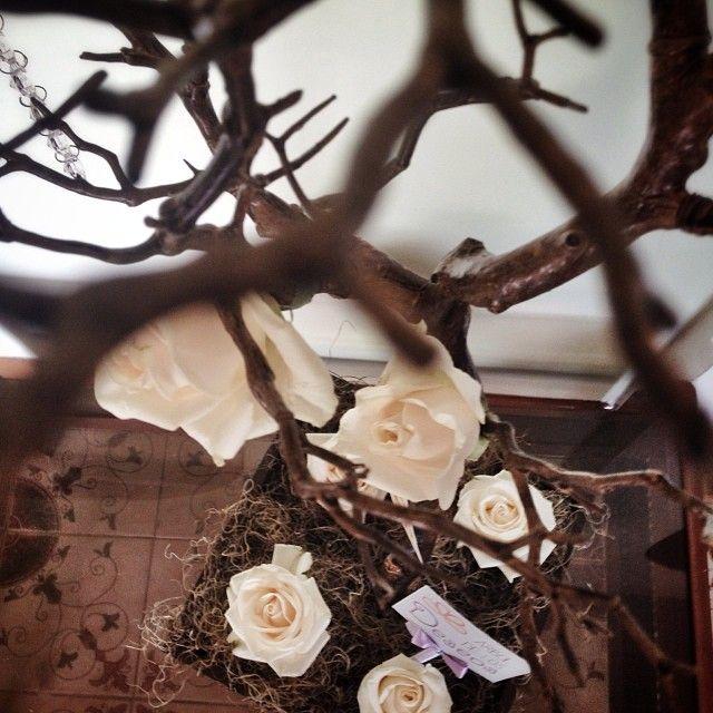 """Rosas blancas, cristales y cintas. """"El árbol de Fátima""""  #weddingdecoration #boda #decoracion #vintage #love #amor #photooftheday #flores #flowers #crafts #decolores #caracas #novia #bride #wishtree #picoftheday #venezuela #instabride  #hechoamano #creativo #instalove #instagood #instamood #centrosdemesa #centerpieces #sign #chalkboard #pizarra #message #Padgram"""