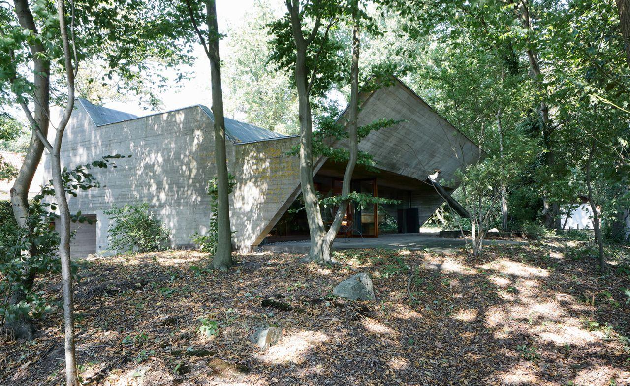 Wonen in een betonnen sculptuur zo zou je woning Van Wassenhove kunnen omschrijven. Een ontwerp van Juliaan Lampens uit 1973 in het Belgische St.-Martens-Latem.