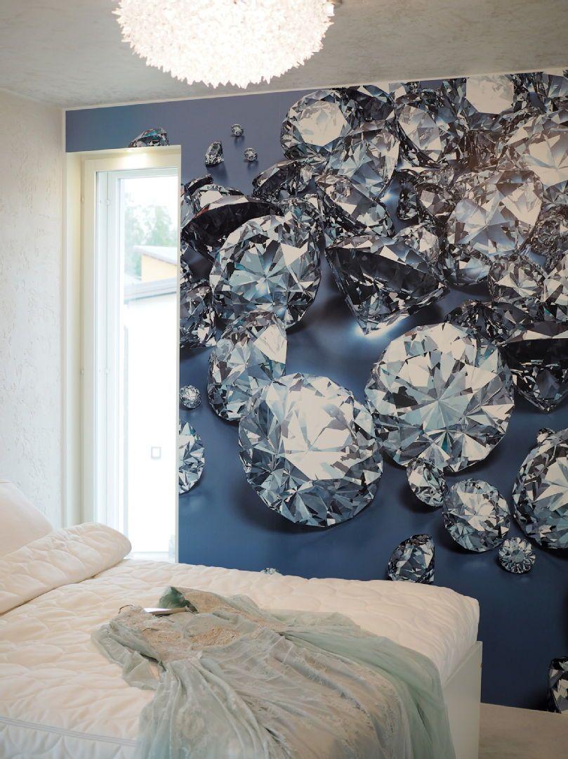 Asuntomessut 2015 Vantaa | Kohde 33 Hevi Kivitalo Panthera Tigris. Makuuhuoneen katseenvangitsijana upea timanttitapetti, joka tuo luksusta jokaiseen arkipäivään. Pisteenä iin päälle on katossa loistava Bloom riippuvalaisin, joka on saanut inspiraationsa keväisestä kukkakimpusta.