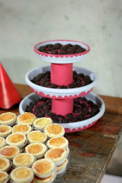 suporte para doces com lata (coberta com lã) e pratos de plástico para plantas