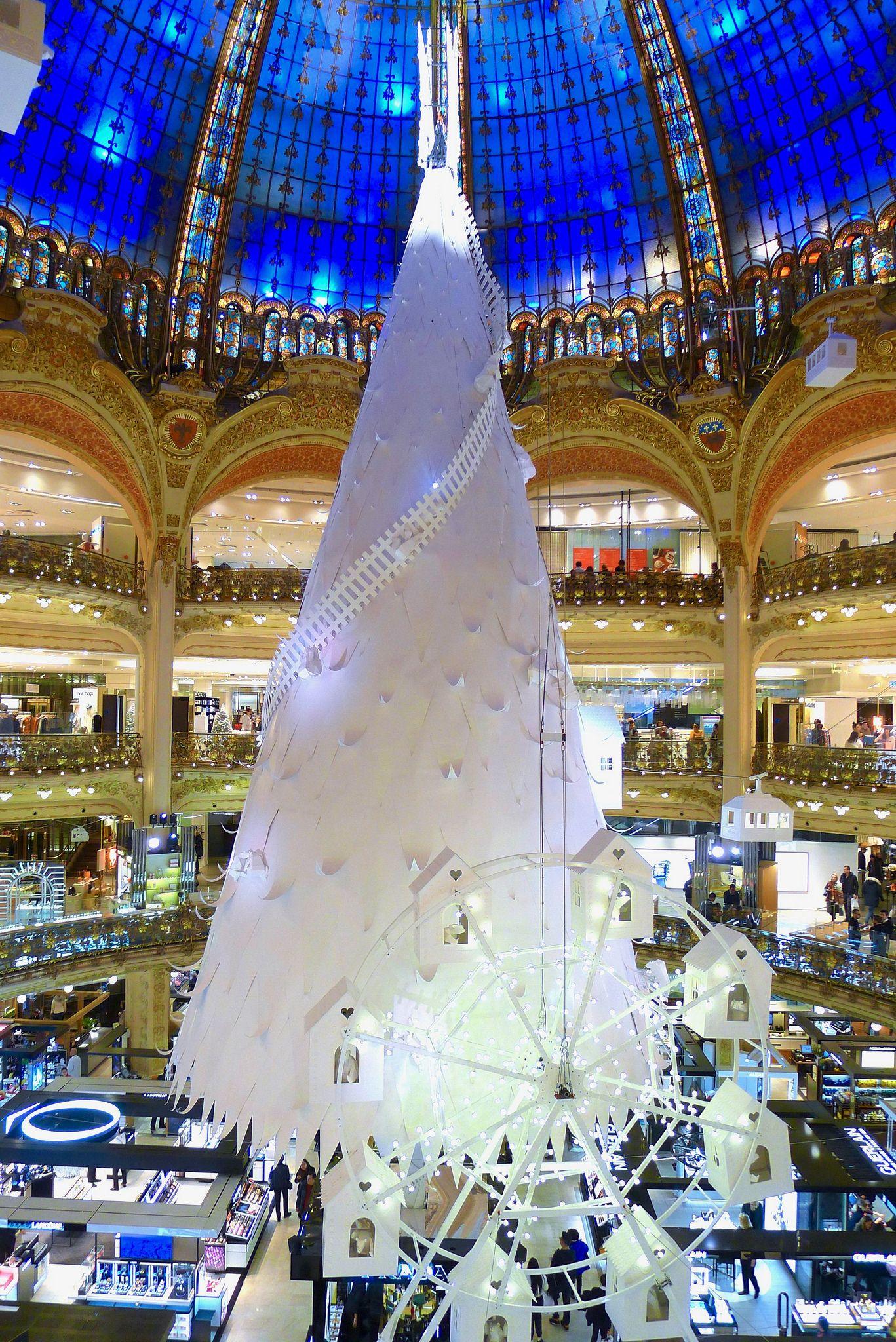 L Arbre De Noel 2016 Aux Galeries Lafayette Haussmann French Christmas Christmas In Paris Beautiful Christmas Trees