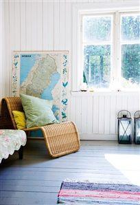 En Sverigekarta står lutad mot väggen  i Michaels läshörna. Vilstol från Ikea, utgången.