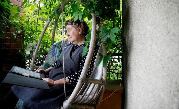 Päivi Uljas lukee muun muassa Colin Cotterillin Dr. Siri Paiboun -sarjaa, jossa seurataan ruumiinavaajan työtä 1970-luvun Laosissa.