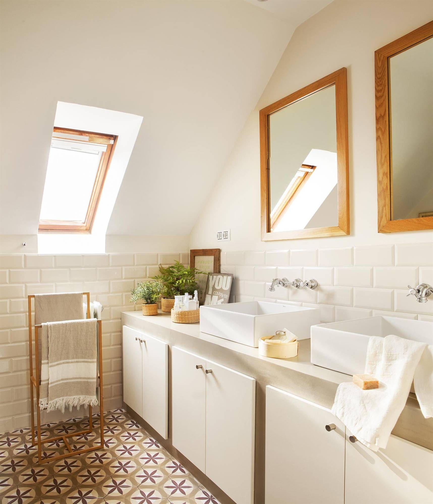 Baño abuhardillado en blanco con suelo de mosaico y mueble de obra ...