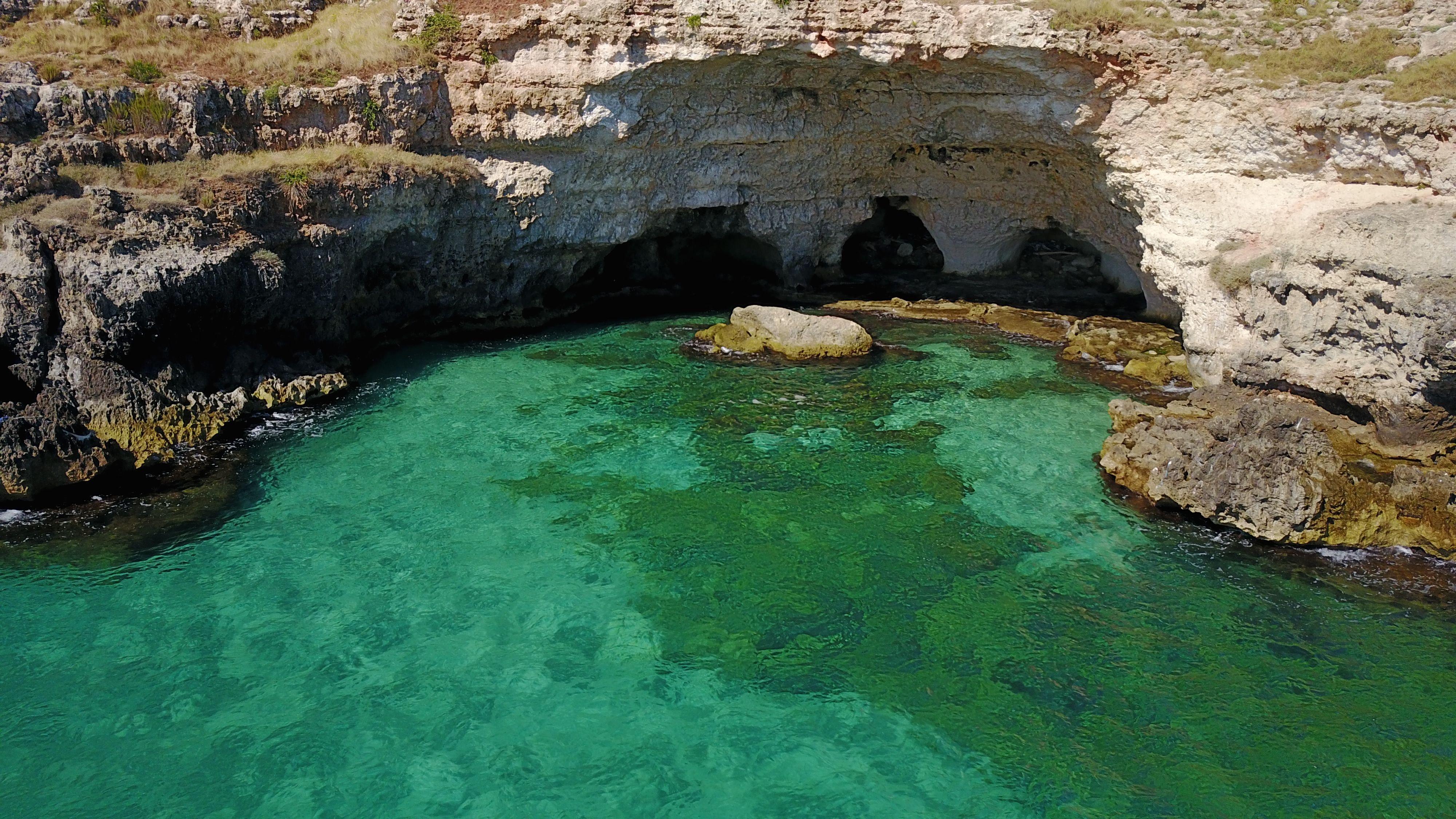 Grotta Corvino tra Monopoli e Polignano a Mare in uno dei tratti di costa a falesia più affascinanti della Puglia | Spiagge, Marito, Monopoli