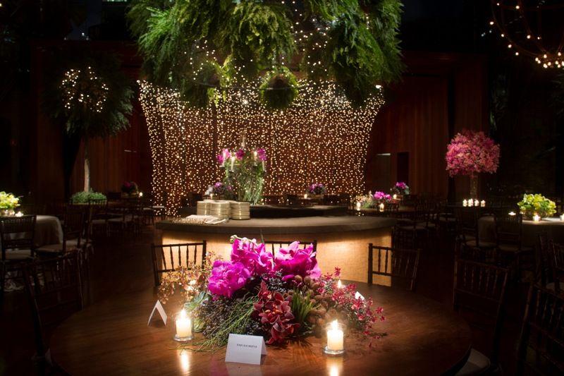 Decoração com flores em tons vibrantes