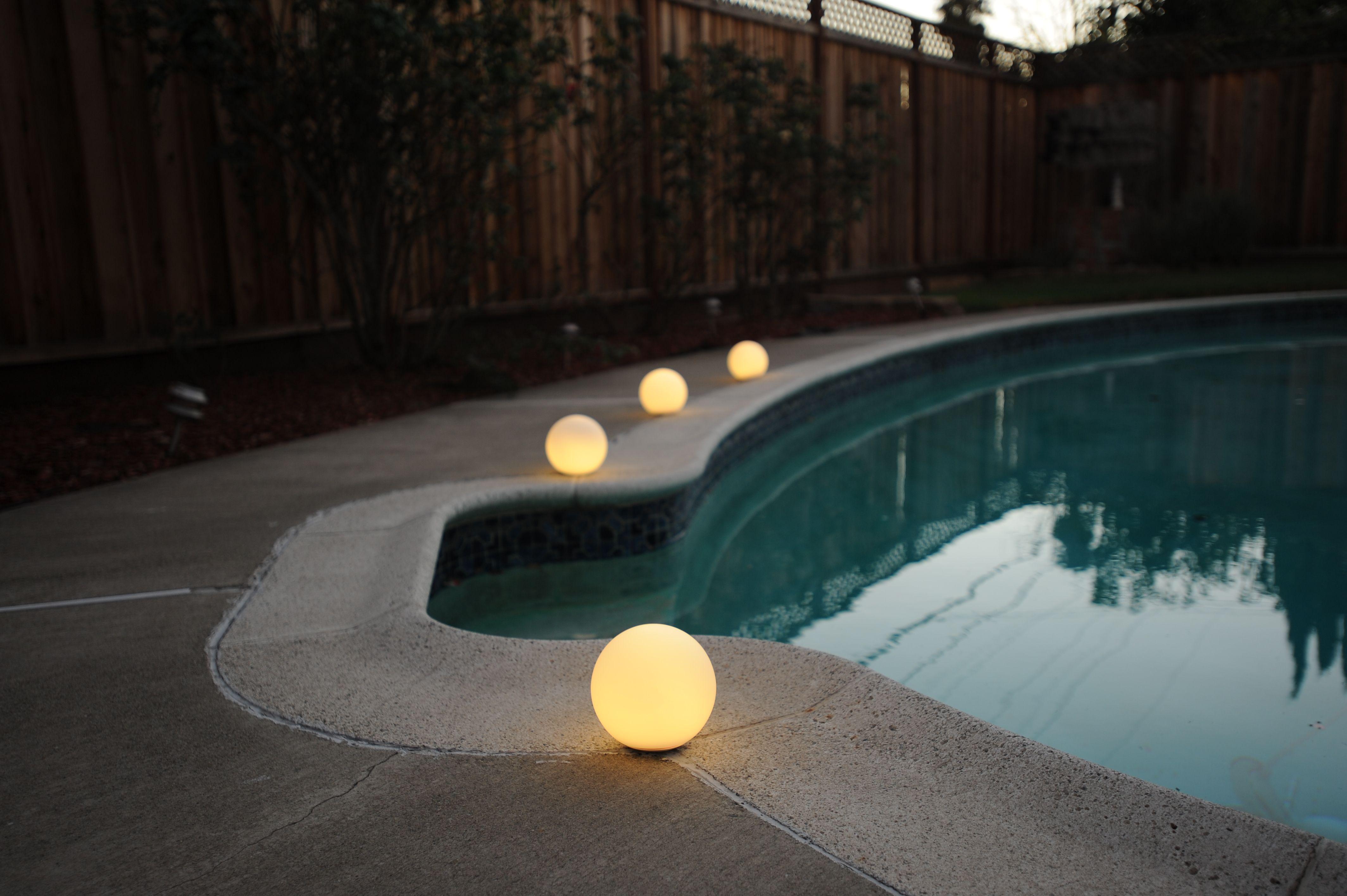 Eine Kugel Mit 1000 Einsatzmoglichkeiten Eine Erleuchtung Fur Drinnen Und Draussen Pool Garten Lampen Auss Pool Beleuchtung Aussenleuchten Lichtinstallation